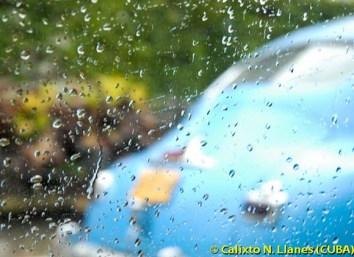 Un carro antiguo circula bajo la lluvia, el 9 de Julio de 2011, La Habana, Cuba. Foto: Calixto N. Llanes (CUBA)