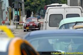 Varios autos esperan en el paso a nivel de Café Colón, el 21 de Julio de 2011, La Habana, Cuba. Foto: Calixto N. Llanes (CUBA)