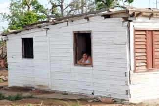 Una mujer mira desde su ventana, el 14 de Octubre de 2008, Pinar del Río, Cuba. Foto: Calixto N. Llanes (CUBA)