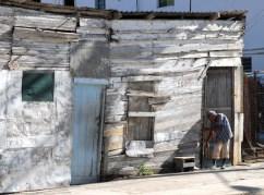 Un anciano sale y cierra la puerta de su casa de maderas en el Cerro, el 4 de Septiembre de 2011, La Habana, Cuba. Foto: Calixto N. Llanes (CUBA)