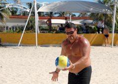Los fumadores jugaron voleibol en las arenas del Club Habana, el 16 de Noviembre de 2011, La Habana, Cuba. Foto: Calixto N. Llanes (CUBA)