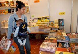 Una joven con su bebe encima disfruta igualmente de la Feria del Libro, el 14 de Febrero de 2011, La Habana. FOTO: Calixto N. Llanes (CUBA)