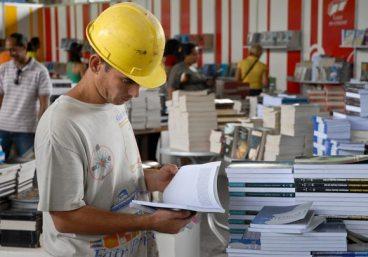 Un joven obrero busca sus libros de preferencia, el 8 de Febrero de 2012, La Habana. FOTO: Calixto N. Llanes (CUBA)