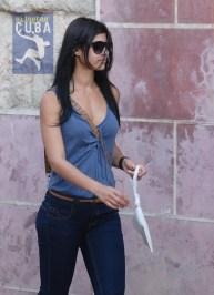 Una joven camina por la cabaña, el 16 de Febrero de 2012, La Habana. FOTO: Calixto N. Llanes (CUBA)