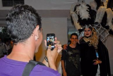 Jovenes se tomo foto junto a los transformistas durante la Gala Cubana contra la Homofobia. Viernes 11 de mayo de 2012, La Habana. FOTO: Calixto N. Llanes/Juventud Rebelde (CUBA)