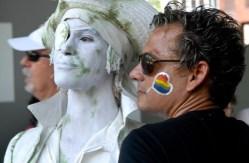 Homosexual se toma una foto con una estatua viviente en al Pabellon Cuba durante la Quinta Jornada Cubana contra la Homofobia. Sabado 12 de mayo de 2012, La Habana. FOTO: Calixto N. Llanes/Juventud Rebelde (CUBA)