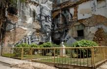 Los surcos de la ciudad, de los artistas JR y José Parla. Instalación de enormes murales pintados en fachadas con retratos personas de la tercera edad, el martes 29 de Mayo de 2012, La Habana, Cuba. Foto: Calixto N. Llanes (CUBA)