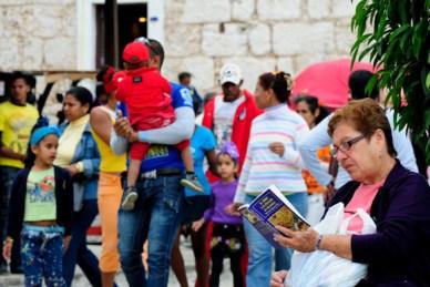 Una mujer lee tranquilamente un libro de cocina, el jueves 21 de febrero de 2013, La Habana. FOTO: Calixto N. Llanes (CUBA)