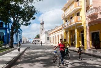 Personas caminan por la ciudad de Bayamo, que cumple 500 años de fundada. Domingo 20 de octubre de 2013, Granma. FOTO: Calixto N. Llanes (CUBA)