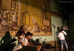 Eduardo Sandoval (derecha) y su grupo en el Jam Session, durante el 16 Concurso de Jóvenes Jazzistas JoJazz 2013, que tuvo lugar en los Jardines del Teatro Mella, el domingo 17 de noviembre de 2013, La Habana. FOTO de Calixto N. Llanes (CUBA)