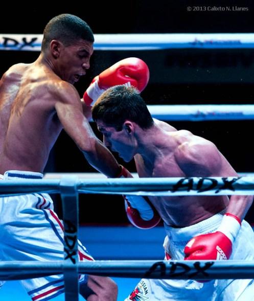 Marcos Forestal (izquierda), de los Domadores de Cuba, combate con Muhammad Shehov, de Rusia, en los 56 kg, durante la IV Serie Mundial de Boxeo (WSB), que tuvo lugar en el Coliseo de la Ciudad Deportiva, el viernes 6 de Diciembre de 2013, La Habana. FOTO: Calixto N. Llanes (CUBA)