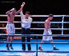 Marcos Forestal (izquierda), de los Domadores de Cuba, celebra su victoria ante Muhammad Shehov, de Rusia, en los 56 kg, durante la IV Serie Mundial de Boxeo (WSB), que tuvo lugar en el Coliseo de la Ciudad Deportiva, el viernes 6 de Diciembre de 2013, La Habana. FOTO: Calixto N. Llanes (CUBA)