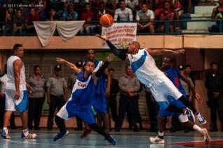 Maikel Guerra (5) de Ciego de Ávila y Santiago Peñalver (6) de Capitalinos se disputan el balón, durante el tercer juego de la final de la Liga Superior de Baloncesto (LSB). El duelo celebrado en la Sala Giraldo Córdova Cardín terminó 66-63 favorable a Ciego, el lunes 16 diciembre de 2013, Ciego de Ávila. FOTO de Calixto N. Llanes (CUBA)
