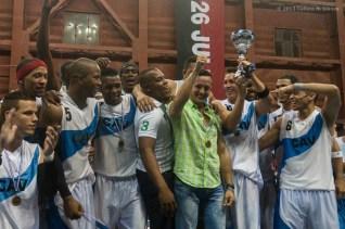 Los Búfalos de Ciego de Ávila celebra el título tras vencer a Capitalinos en cuatro juegos durante la final de la Liga Superior de Baloncesto (LSB), el martes 17 diciembre de 2013, Ciego de Ávila. FOTO de Calixto N. Llanes (CUBA)