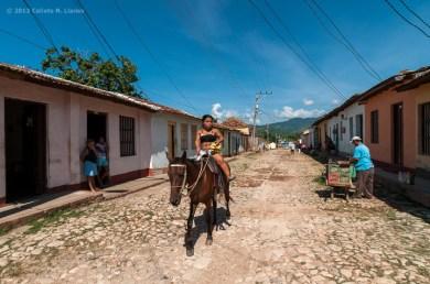 Movimiento en una calle adoquinada en Trinidad. FOTO de Calixto N. Llanes (CUBA)
