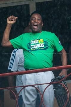 Pelé saluda a los aficionados del Estadio Pedro Marrero durante el duelo Cuba vs Cosmos de Nueva York. FOTO de Calixto N. Llanes (CUBA)