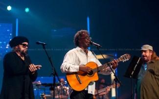 Los cantautores Carlos Varela, Gerardo Alfonso y Frank Delgado durante el concierto homenaje a Santiago Feliú en el Teatro Karl Marx en La Habana, Cuba, el viernes 21 de agosto de 2015. FOTO de Calixto N. Llanes/Juventud Rebelde (CUBA)