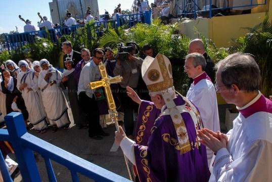 El Papa Benedicto XVI saluda a los religiosos durante la Santa Misa en la Plaza de la Revolución José Martí el 28 de marzo de 2012, La Habana, Cuba. FOTO de Calixto N. Llanes/Juventud Rebelde (CUBA)