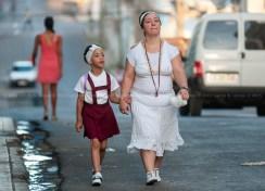 Niña de manos de su madre camina a la escuela el primer día de clases del nuevo curso escolar 2015-2016 el martes 1 de septiembre de 2015. FOTO de Calixto N. Llanes/Juventud Rebelde (CUBA)