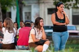 Jóvenes estudiantes de técnico medio esperan un parque cerca de la escuela el primer día de clases del nuevo curso escolar 2015-2016 el martes 1 de septiembre de 2015. FOTO de Calixto N. Llanes/Juventud Rebelde (CUBA)