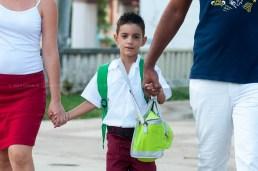 Niño de manos de sus padres camina a la escuela el primer día de clases del nuevo curso escolar 2015-2016 el martes 1 de septiembre de 2015. FOTO de Calixto N. Llanes/Juventud Rebelde (CUBA)