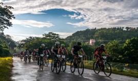 Ciclistas pedalean durante tercera etapa de la Titán Tropic Cuba de ciclismo de montaña. FOTO de Calixto N. Llanes (CUBA)