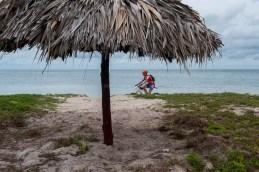 Ciclista pedalean por las arenas de Cayo Jutias durante quinta etapa de la Titán Tropic Cuba de ciclismo de montaña. FOTO de Calixto N. Llanes (CUBA)
