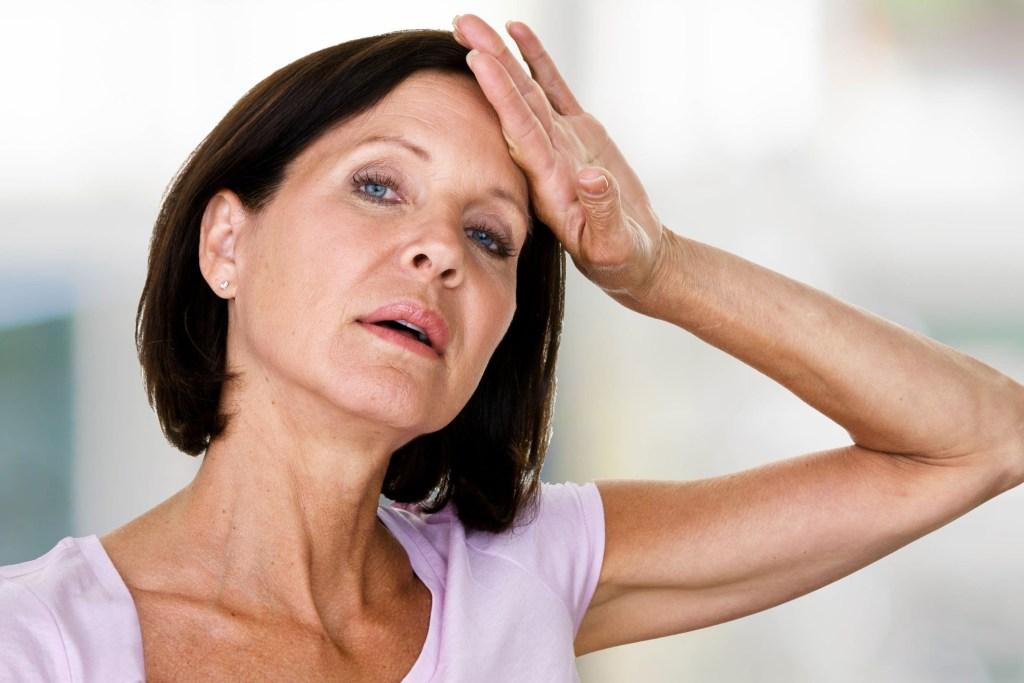 Hitzewallungen und Erschöpfung machen in den Wechseljahren vielen Frauen zu schaffen.