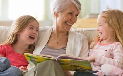 Senioren sind heute aktiver denn je und genießen es, Zeit mit den Enkeln zu verbringen. Damit Sehprobleme die Lebensqualität nicht mindern, sollte man regelmäßig seine Augen untersuchen lassen.