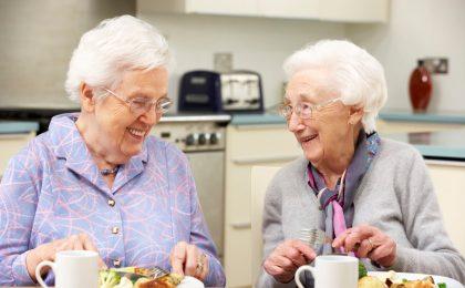 Salat statt Sahnetorte: Je älter wir werden, desto wichtiger wird es, sich gesund zu ernähren - damit der Körper keinen Mangel an Nährstoffen erleidet.