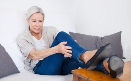 Schwellungen und Schweregefühl in den Beinen deuten auf Probleme im venösen System hin.