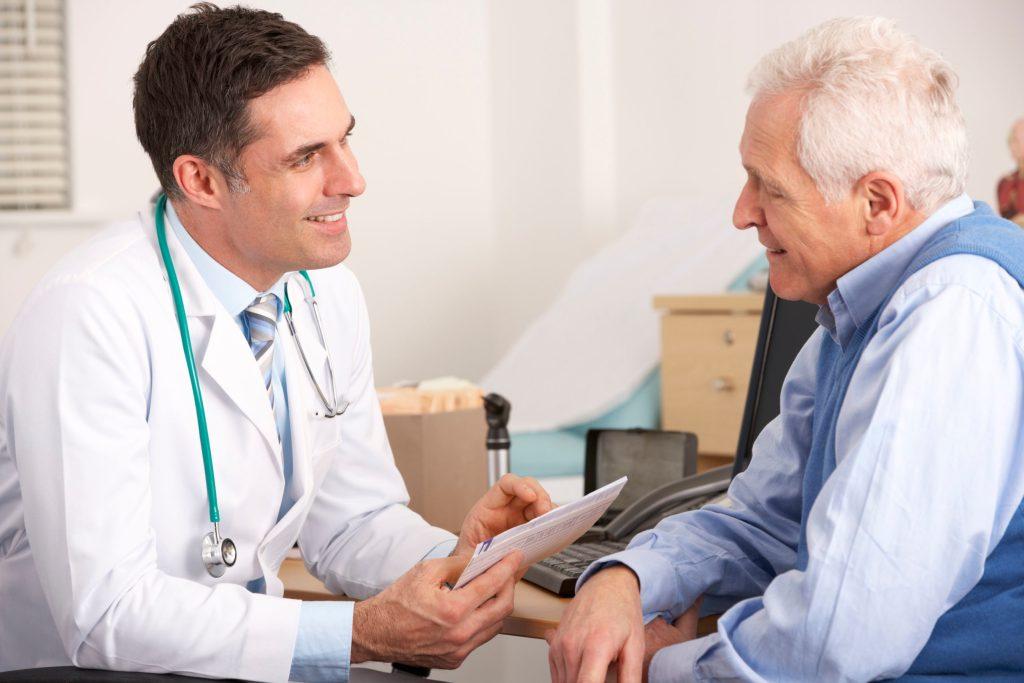 Viele Diabetiker nehmen erst spät wahr, wenn ihre Krankheit die Nervenfasern geschädigt hat. Treten Beschwerden an den Füßen auf, sollten Betroffene daher frühzeitig mit ihrem Arzt darüber sprechen.