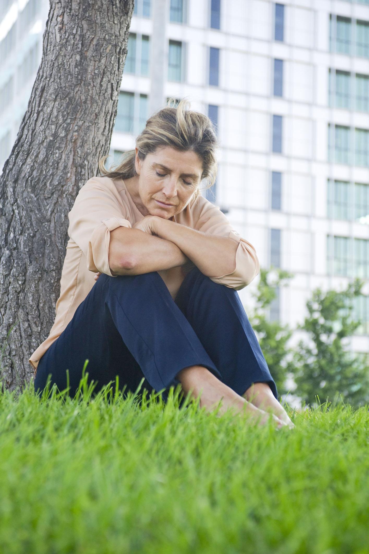 Viele Frauen leiden in den Wechseljahren unter belastenden Beschwerden. Nicht selten steckt aber auch eine Schilddrüsenstörung dahinter.