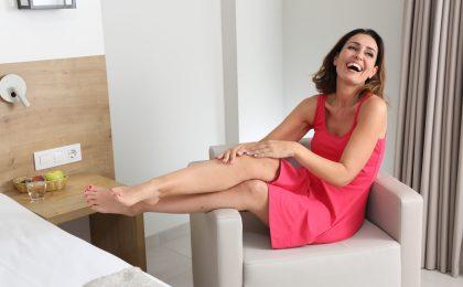So oft wie möglich die Beine hochlagern - das erleichtert den Rückfluss des Blutes zum Herzen und entlastet die Gefäße.