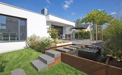 Wohnen auf einer Ebene ist der Wunsch vieler Bauherren, die in der zweiten Lebenshälfte noch einmal bauen wollen. Die weitläufige Terrasse dieses Ziegelhauses bietet auch einen geschützten Sitzplatz im Freien.