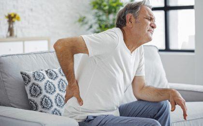 Eine Gürtelrose kann extrem schmerzhaft und langwierig sein. Nicht selten treten Komplikationen wie chronische Nervenschmerzen auf, die die Lebensqualität stark einschränken.