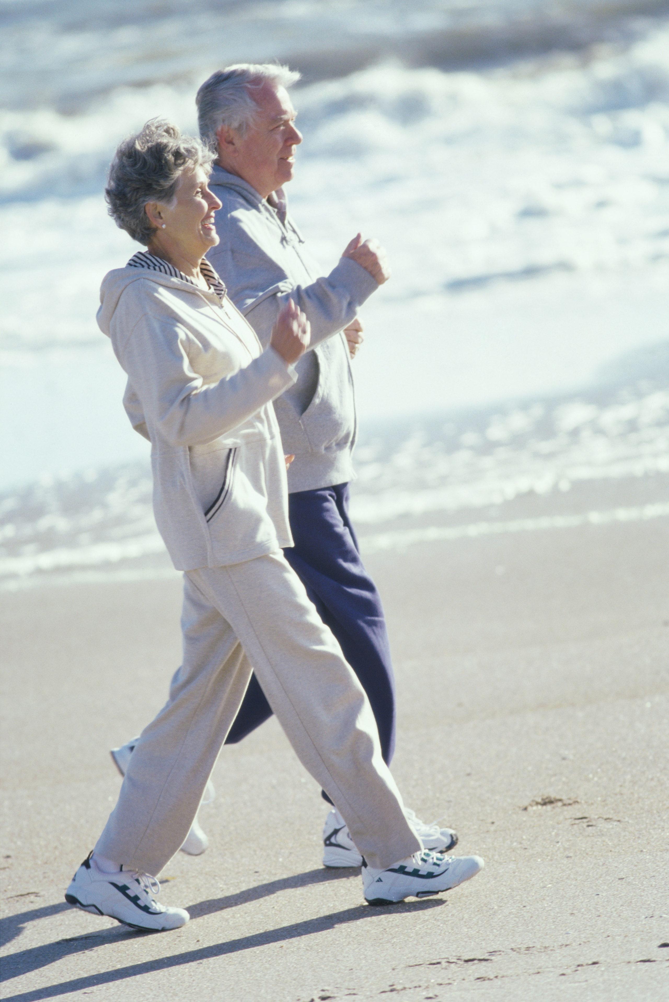 Senioren joggen am Strand