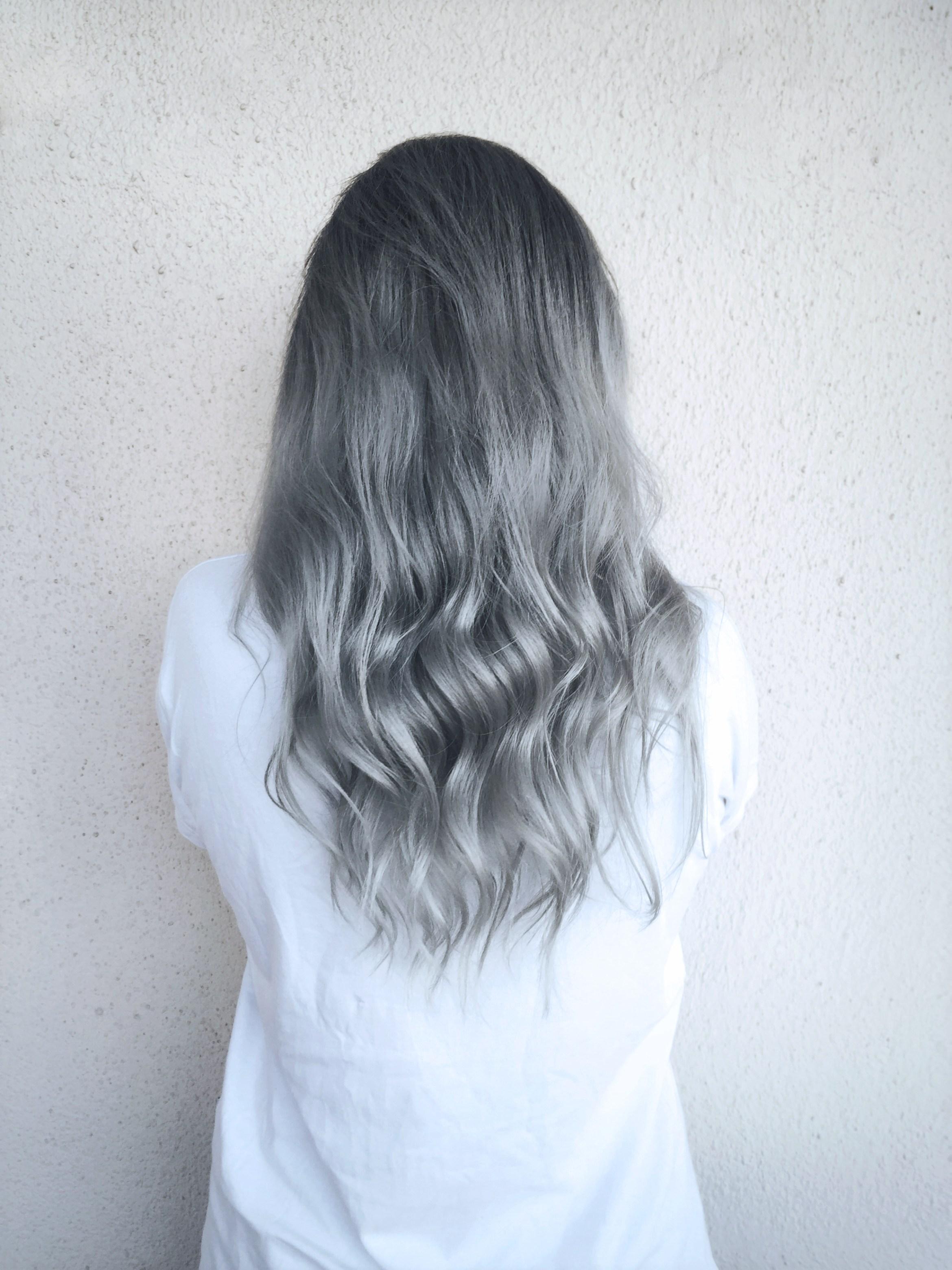 Pelo gris de espaldas