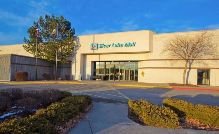 Photo of the exterior southern entrance of the Silver Lake Mall.