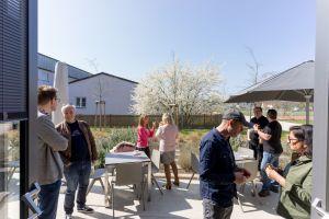 Teilnehmer auf der Terrasse in der Pause beim Babba Business Day 2019 in Großostheim