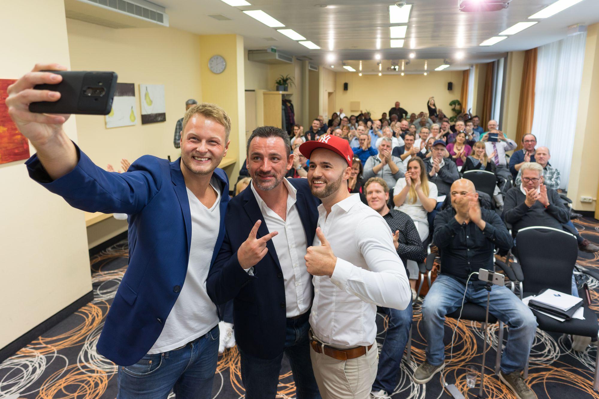 Gruppen Selfie mit Stefan Beier, Marco Vantroba und Daniel Hauber mit Publikum im Hintergrund auf dem Builderall Everest 2018 in Nürnberg