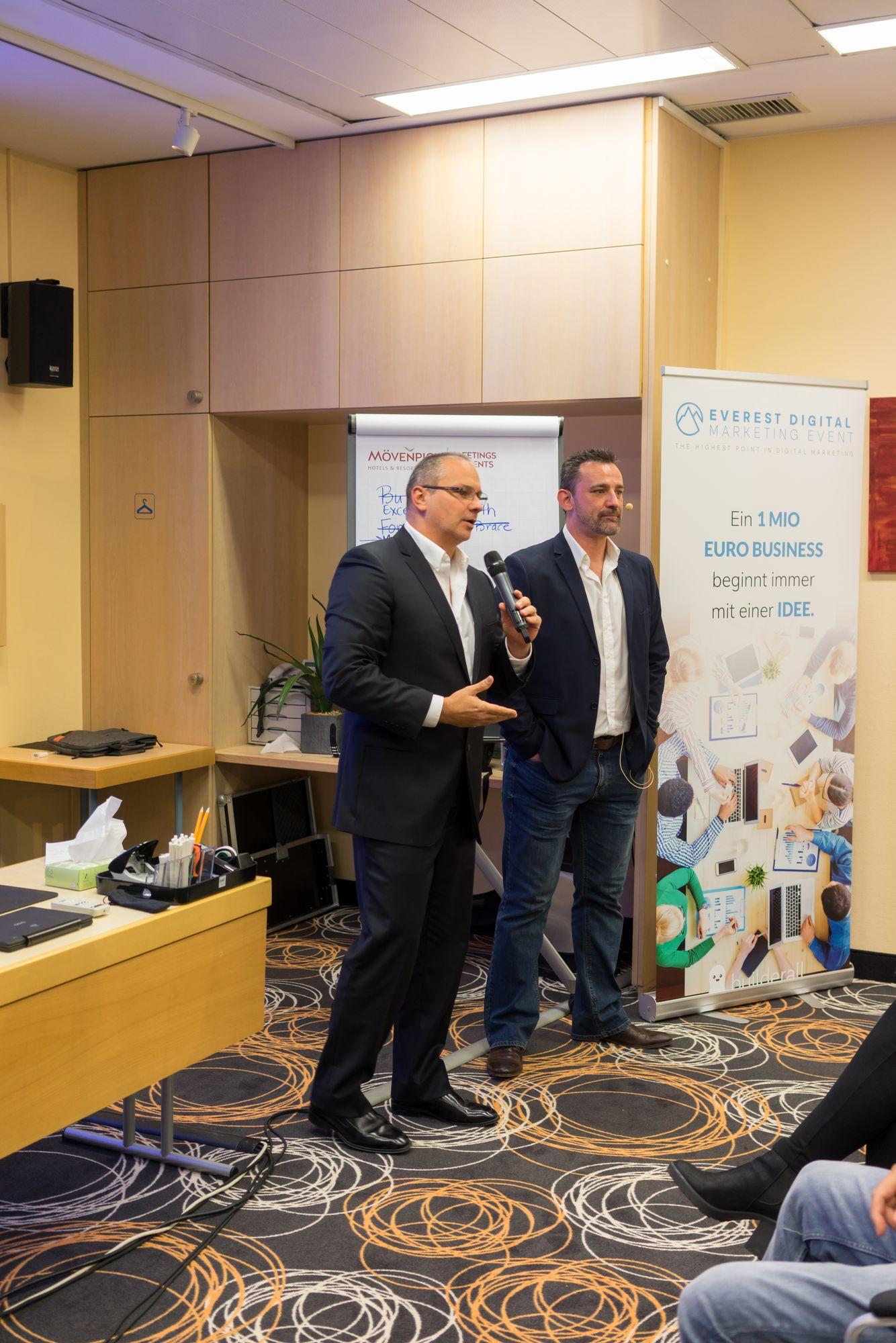 Erick Salgado (CEO Builderall) als Sprecher und Marco Vantroba auf dem Builderall Everest 2018 in Nürnberg (Germany)