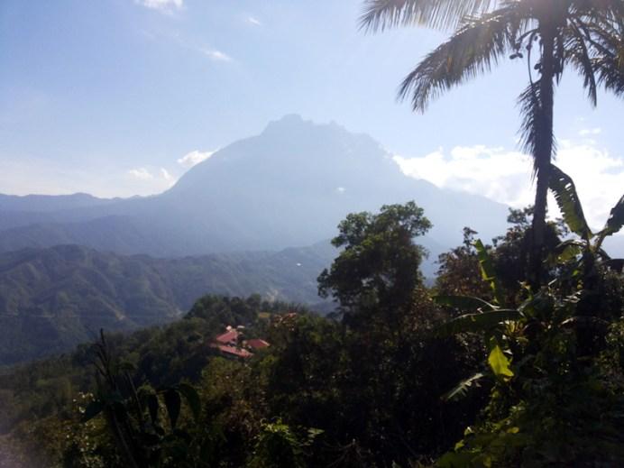 Gunung Kinabalu dilihat dari Pekan Nabalu, Sabah. (Foto Silvia Galikano)