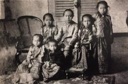 RA Kartini dan lima dari 10 saudaranya, sekitar 1890-1893. Belakang, ki-ka: Kartini (1879), Soelastri (1877), Roekmini (1880), Kardinah (1881). Depan, ki-ka: Kartinah (1883), Rawito (1892).
