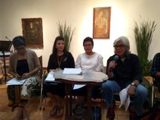 Maya Sudjojono (ke-2 dari kiri), Ipong Purnama Sidhi (paling kanan, pegang mic). (Foto: Silvia Galikano)