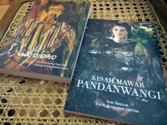 "Autobiografi Sudjojono ""S. Sudjojono: Cerita tentang Saya dan Orang-orang Sekitar Saya"" serta biografi Rose Pandanwangi ""Kisah Mawar Pandanwangi"". (Foto: Silvia Galikano)"