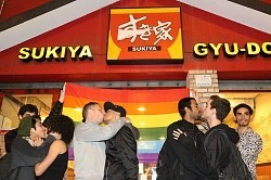Casal gay é agredido no restaurante Sukiya