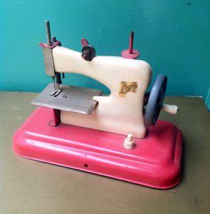 juguete-antiguo-maquinadecoser-miniatura