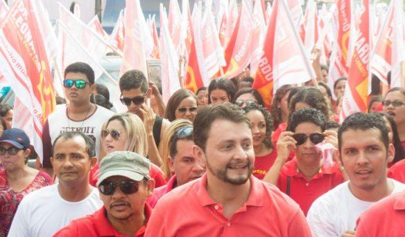 Leonardo Sá, acompanhado da militância, foi às ruas pedir o voto do eleitor
