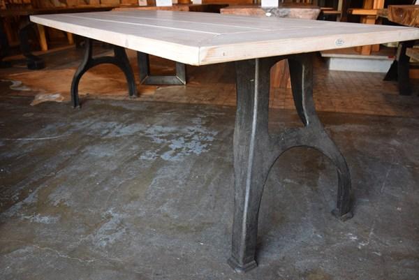 SW-095 tafel met metalen onderstel
